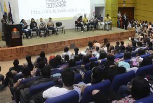 Estudiantes participando durante el evento