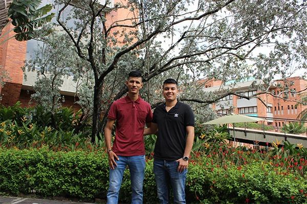 Estudiantes en equipo organizador de Congreso de Economía